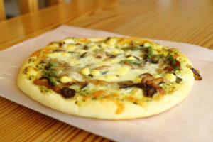 バジルきのこピザ